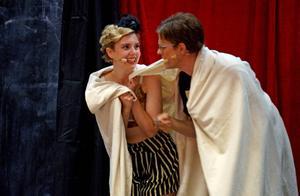 Cabaret är en utmaning för produktionsteamet, ensemblen och musikerna.