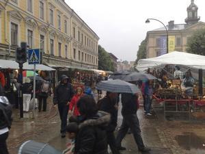19.30 Fortfarande paraplytätt på stan.