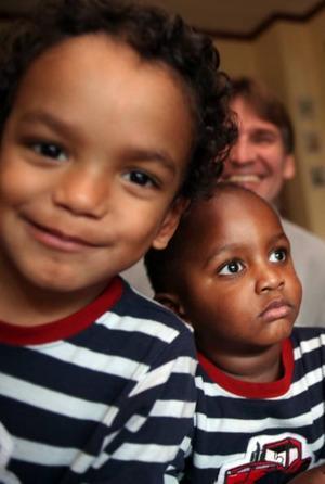 Bröderna Jonsson, fyraåriga David och tvååriga Raymond, tycker om att leka tillsammans.