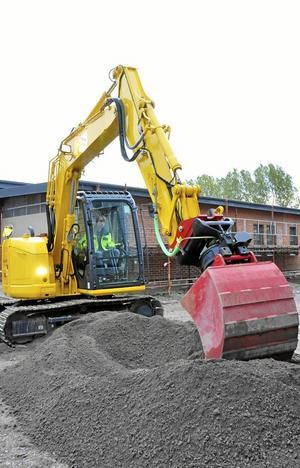 Grävmaskinist. Sebastian Andersson provade på att gräva på Alléskolan.