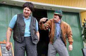 Christian Wallin och Christer Johansson släpper fram de nya karaktärerna Leif och Sölve i Småstadsliv - Bland braköl och samurajlådor. Utgår gör jägaren Örjan som sitter i fängelse för grovt jaktbrott.