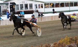 I fjärde starten kunde Olle Carlsson styra Gunnar Blomgrens Kenedisa Rollax till första segern.