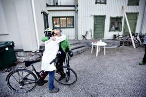 Dan Magnusson välkomnar Patricia Kingdon. Inför turerna är det uppsamling på Posas innergården för att snacka cyklar och ladda med lite dricka och tilltugg.