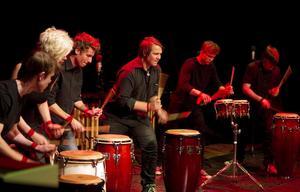 Trummorna var intensiva i numret Taiko, som betyder stor trumma, från Japan.