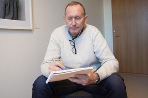 Jan Sjöberg är en av utredarna som har arbetat med sommarstugemordet på Polisen i Västra Mälardalen. En förundersökning som nu växt till cirka 7000 sidor. Sjöbergs uppgifter har varit att läsa materialet, skriva ut och sortera i pärmar.