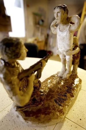 TORTERAD. Ferhan Ali fick en lerklump i handen av sin vän. Han kom tillbaka med detaljerade skulpturer som visar hur han av politiska anledningar torterades  i hemlandet Syrien.
