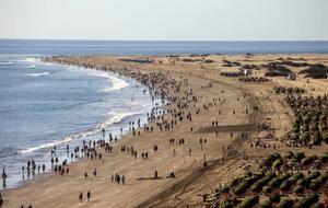 Folkvandring mot sanddynerna från Playa de Ingles. Foto: Johan Öberg