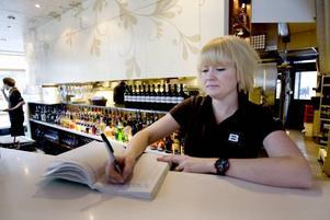 NOTERAR SINA TIDER. Sara Hedlund på Brända Bocken skriver in sig i loggboken när hon börjar och slutar sitt arbetspass.
