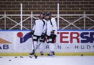 Magnus Nilsson tog lite extra hand om HHC:s nya kanadensare Dallas Jackson.
