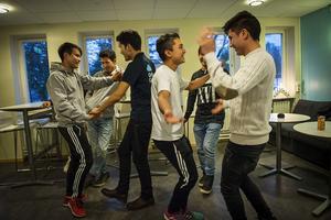 Det har blivit mer dans i cafeterian på Grillska gymnasiet sedan spårkintroduktionsklassen startade, vilket uppskattas av de andra eleverna och personalen, berättar lärarna Malin Uhlan och Jennika Mattisson.