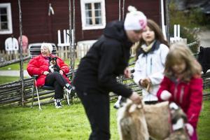 Inger Udo och hennes chihuahuamixen Cha cha tar igen sig mellan övningarna. I förgrunden syns systrarna Natalie och Marina Eriksson med deras granne Magdalena Ström.