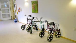Rullatorer i en korridor vid ett äldreboende. Foto: Claus Gertsen/SCANPIX