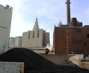 Industrierna i Cleveland ligger mitt i centrum, alldeles intill de stora idrottsarenorna och skyskraporna i Downtown. Den som syns mitt i bilden är 235 meter höga Terminal Tower som byggdes 1930 och fram till 1964 var den högsta skyskrapan i världen utanför New York.