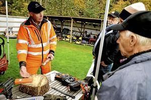 Säker skogskarl. Anders Nylund från Säker Skog fanns på plats för att prata säkerhet kring trädfällning med motor- och röjsågar. Säkert hörn och kil var en fällmetod han talade sig varm för. Foto: Göran Kempe