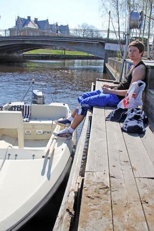 Axel Jonsson tog tillsammans med sina vänner båten ut till sommarstugan under påskdagen.