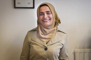 Abeer Almasre är asylsökande från Syrien. Hon bor på Kulthammar och ägnar sin väntan på besked åt att hjälpa barn, ungdomar och andra asylsökande att aktivera sig på olika sätt.