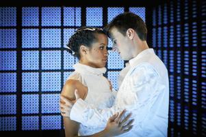 Sanna Gibbs som Julia, och Thorbjørn Gulbrandsøy som Romeo.Foto: Charlotte Strömwall