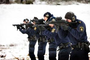 I går sköt poliserna in sig på stillastående mål. I dag ska de börja skjuta på rörliga mål.
