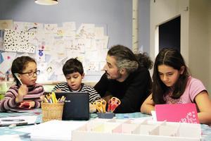 Syskonen Habiba och Adnan Mukbel, författaren Baree Khalil och Ester Najjar skriver sagor till en påhittad drake.
