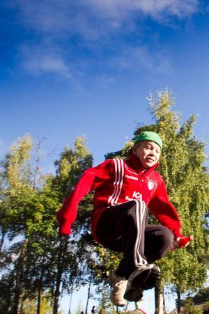 Linus Koivisto Persson hoppar högt och långt.