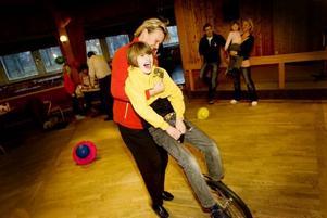 Balansakt. Svårt, men roligt och annorlunda, poängterade Rasmus Jonsson när han på söndagen provade att cykla på en enhjuling under Unga örnars uppvisningsdag i Norrsundet. Här får han hjälp av Marit Östlund.