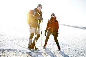 Jan Molde och Carina Söderberg provar på Storsjöns is utanför Badhusparken.
