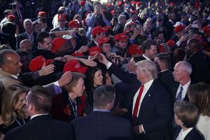 Trump hälsar på anhängare innan han håller segertal. Foto: Evan Vucci/AP Photo