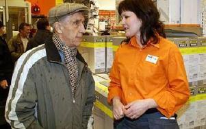 Butikschefen Kerstin Björnbom i samspråk med en av tisdagskvällens VIP-gäster.FOTO: OVE ANDERSSON