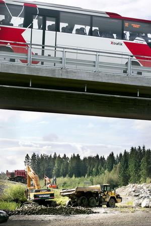 Tre grävare, dumpers och flera lastbilar var igång på motorvägsbygget på torsdagförmiddagen.