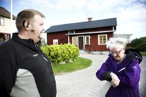 Mamma och son hemma i Nyfäbodarna. Carl-Anders och Anita Olars är två av byns sex bofasta.