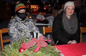 FRÖS. Dennis Roos och Amanda Johansson från Västerfärnebo skola sålde bullar och kakor för att få pengar till en klassresa.