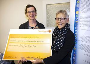 Stefan Burlin, idrottslärare på Polhemsskolan, prisades av Catharina Almlöf från Svenska livräddningssällskapet.