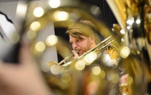 Koncentration. Musikerna i Guldsmedshyttans musikkår och Lindesbergs storband repeterar regelbundet inför konserten med Roger Pontare. Per Kopp på trumpet har fullt fokus.