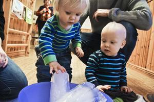 Is och vatten är egentligen samma sak, men känns ändå så olika. Elton Jonsson och Knut Elnefred lär sig skillnaden.