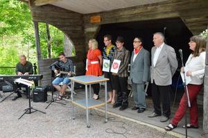 Plats på scenen. Delar av Jubileumsföreningens aktörer bjöd på trivsamt kulturinslag i hembygdsparken.