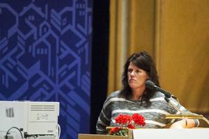 Bistra miner under torsdagens kommunfullmäktige då de styrande politikerna beslutade att stänga Ope skola. Karin Ekeljung var en av många föräldrar som på plats ville ställa de ansvariga till svars.