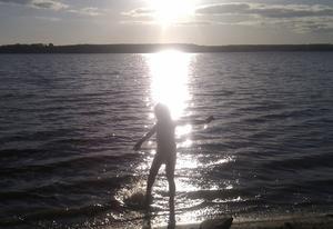 Min dotter Andrea dansade glatt i vattnet, när vi en kväll åkte förbi Lisjö och testade temperaturen i vattnet.