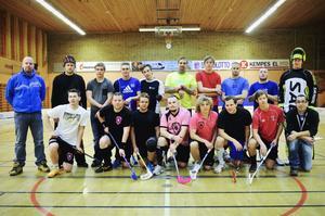 Här är gänget som gör det, spelarna och tränarna i nystartade Kramfors IBK, som spelar i herrtrean.