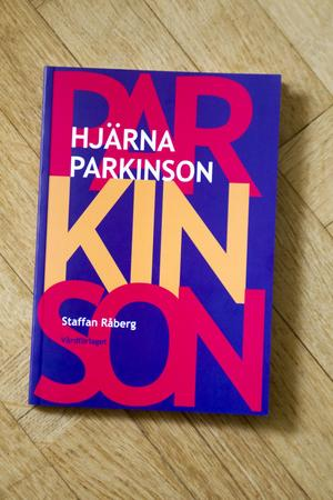 Värt att veta. Den lättsamma och informativa boken Hjärna Parkinson har givits ut av Vårdförlaget och finns att köpa på flera bokhandlar på nätet. Jämför priserna, råder Staffan Råberg.