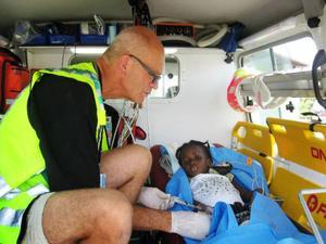 Leif Isaksson tar hand om svårt sjuka och skadade barn i en svensk ambulans som kör barnen till platser där de           kan opereras. Omkring 200 000 personer beräknas vara skadade efter jordbävningen, men sjukvården bedrivs ännu i stor utsträckning under bar himmel.  Foto: Privat
