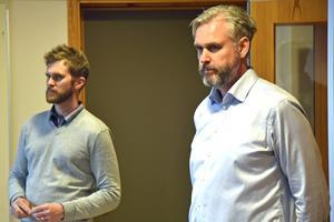 Kommunens infrastrukturstrateg Claes Edblad och Trafikverkets Tomas Lundin Larsson svarade på frågor i Alneskolans matsal den 19 maj i år.