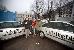 TAJT FOTOGÄNG. Numera åker fotograferna runt i bilar som det står både Arbetarbladet och Gefle Dagblad på. För en vecka sedan blev det gemensam fotoavdelning för de båda tidningarna. Från vänster Håkan Selén, Leif Jäderberg, Gun Wigh, Jenny Lundberg, Annakarin Björnström och Lars Halvarsson.