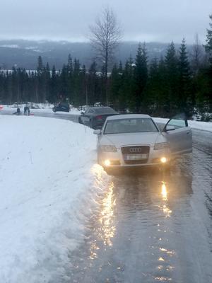 Blixthalka gjorde att bilister fastnade på vägen till Tännforsen.