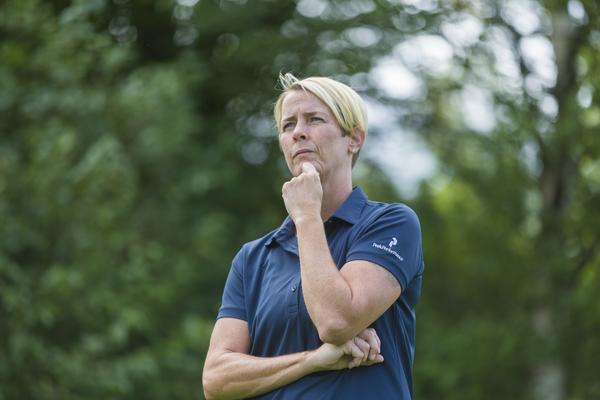 Karin Sandbrink funderar hur hon ska slå på kommande bana.