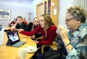 Hjördis Olsson på Skottsunds äldreboende får hjälp med Ipaden av Sarah Westerlund, Julia Granath och Oliver Berglund.