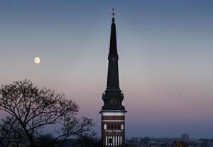 Blir kvar. Trots agerandet mot socialdemokrater/vänsterpartister i Västanfors församling väljer icke- troende skriftställaren Jan Myrdal att vara kvar i Svenska kyrkan.