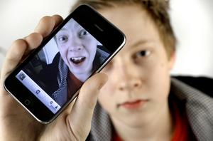Under fotograferingen av Gustav Holmström hann 15-åringen själv ta bild på fotografen och lägga ut på Twitter innan bildtagningen var klar. (OBS Bilden är ett montage.)