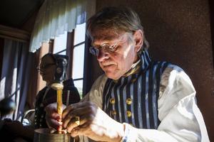 Lennart Östningsgård är knappmakare och tillverkar knappar till alla sorters folkdräkter.