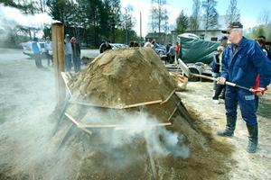 Vid GT-lokalen stod röken tät vid kolmilan. Einar Westlund och Alf Östberg var under helgen byns kolare.– Vi ska låta milan gå ett dygn så det lär väl bli lite fint kol så småningom, sa Einar Westlund.