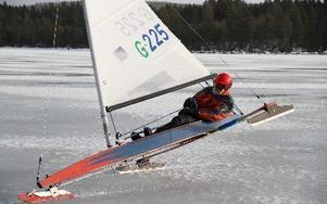 Wolfgang Immler seglar fram över isen i hastigheter upp emot 80 kilometer i timmen. PRIVAT/Anton Immler